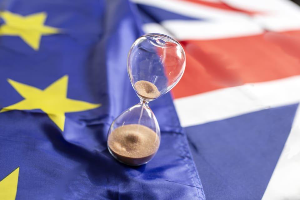 Desde que el Reino Unido celebrase el referéndum sobre el  Brexit  en 2016, la fecha para su salida del  club comunitario  se ha ido posponiendo en varias ocasiones. Si inicialmente se tendría que haber formalizado el 29 de marzo de 2019, se acabó produciendo el 31 de enero de 2020. Desde entonces ya no es un Estado miembro de la UE, pero Bruselas y Londres se dieron un plazo de transición que terminaba este 31 de diciembre. Finalmente el pacto entre ambas será  menos ambicioso de lo que la Unión Europea aspiraba, pero permitirá una relación comercial sin cuotas ni tarifas a condición de que Londres asuma reglas igualitarias en materia de competencia y otras salvaguardas. Sin embargo,  no será de aplicación automática sobre   Gibraltar , cuya relación respecto al bloque se negocia en paralelo.