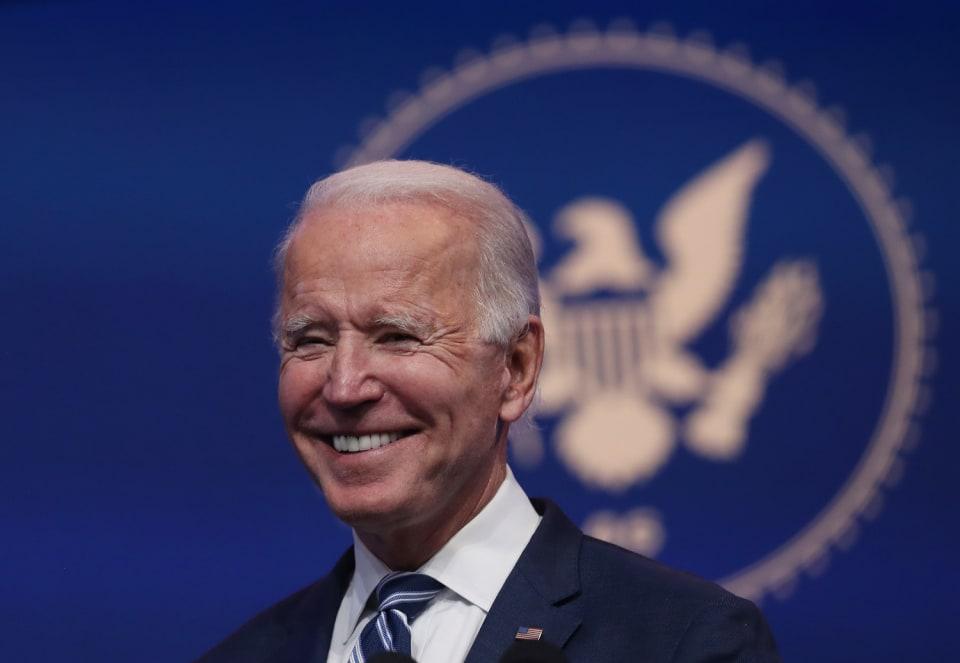 El pasado 14 de diciembre, el Colegio Electoral de Estados Unidos confirmaba al demócrata  Joe Biden  como presidente electo, asestando a Donald Trump un golpe casi definitivo en su intento de mantenerse en el poder. Tras una ardua e infructuosa  batalla judicial  y política de más de cinco semanas, el Colegio Electoral otorgaba 306 votos a Biden y 232 a Trump, exactamente los mismos que arrojaron los resultados de los comicios.Aunque la confirmación de la victoria de Biden propinaba el golpe de gracia a los intentos de Trump de revertir el resultado de las elecciones, el mandatario saliente podría  tratar de interferir en la última fase del proceso, cuando el Congreso se reúna el  6 de enero  para dar su visto bueno. La guinda será  el  20 de enero,  cuando Biden tome posesión de su cargo y jure lealtad a la Constitución. Tradicionalmente el presidente saliente acostumbra a pronunciar un discurso de despedida, pero en esta ocasión habrá que esperar  para ver si Donald Trump sigue los pasos de sus predecesores