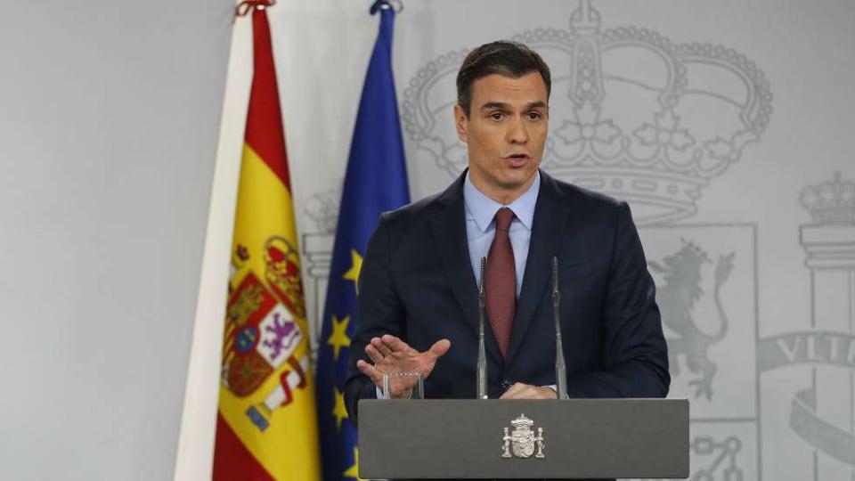 El 14 de marzo,ya entrada la noche, el presidente del Gobierno declaraba el  estado de alarma en toda España,  quedando marcado ese día como   una de esas fechas que se estudiarán en los libros de historia y que recordaremos tristemente en su cabo de año de 2021.  Ese día vivimos, sin ser del todo conscientes, una efeméride que marcaba el comienzo de algo totalmente desconocido. España entraba entonces con una venda en los ojos en un  estado de alarma,   previsto  en un principio  para    quince días y que al final se prorrogó  hasta el  21 de junio,  fecha en la que entramos en la llamada 'nueva normalidad'. En total  sumamos    98 jornadas excepcionales  a  nuestras vidas, de ruptura con nuestras rutinas y con nuestros familiares y que aún hoy en día no hemos logrado recuperar.  El  23 de marzo  será otro triste aniversario. Recordaremos uno de los momentos más duros de la pandemia, cuando el   Palacio de Hielo de Madrid  tuvo que reconvertirse  en una  inmensa morgue  para acoger los cuerpos de decenas de fallecidos por la covid.