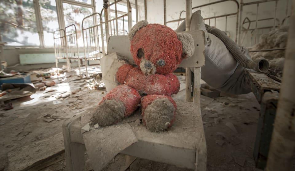 35 años habrán pasado el 26 de abril  de la trágica explosión   de  Chernóbil , considerada como  el peor accidente nuclear de la historia . Según algunos informes dejó  alrededor de 200.000 víctimas mortales.  La catástrofe, que sucedía el 26 de abril de 1986 en la central nuclear de Vladimir llich Lenin,   a tan solo 50 kilómetros de Kiev, la capital de Ucrania,  causó además uno de los  grandes desastres medioambientales de la historia. Los  científicos estiman que la zona no será habitablehasta dentro de 20.000 años