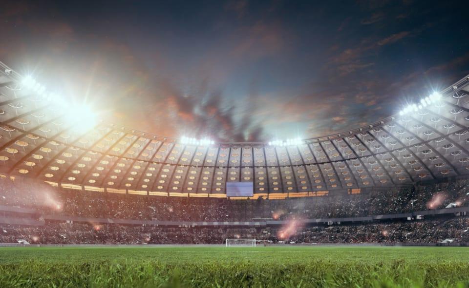 Las nuevas fechas para la celebración del torneo serán del  11 de junio al 11 de julio.  Por primera vez en los 60 años de historia de la competición,  la UEFA EURO 2020 , que  mantendrá su denominación oficial 'Euro 2020' pese al aplazamiento hasta 2021,  se jugará en doce ciudades anfitrionas.    La dinámica será igual  que en la Eurocopa de 2016; los dos mejores de cada uno de los seis grupos en la fase final pasarán a los octavos de final junto a los cuatro mejores terceros. El estadio anfitrión del partido inaugural será el   Olímpico de Roma.  Skillzy , un personaje inspirado por el freestyle y  el fútbol callejero, será la  mascota del encuentro.