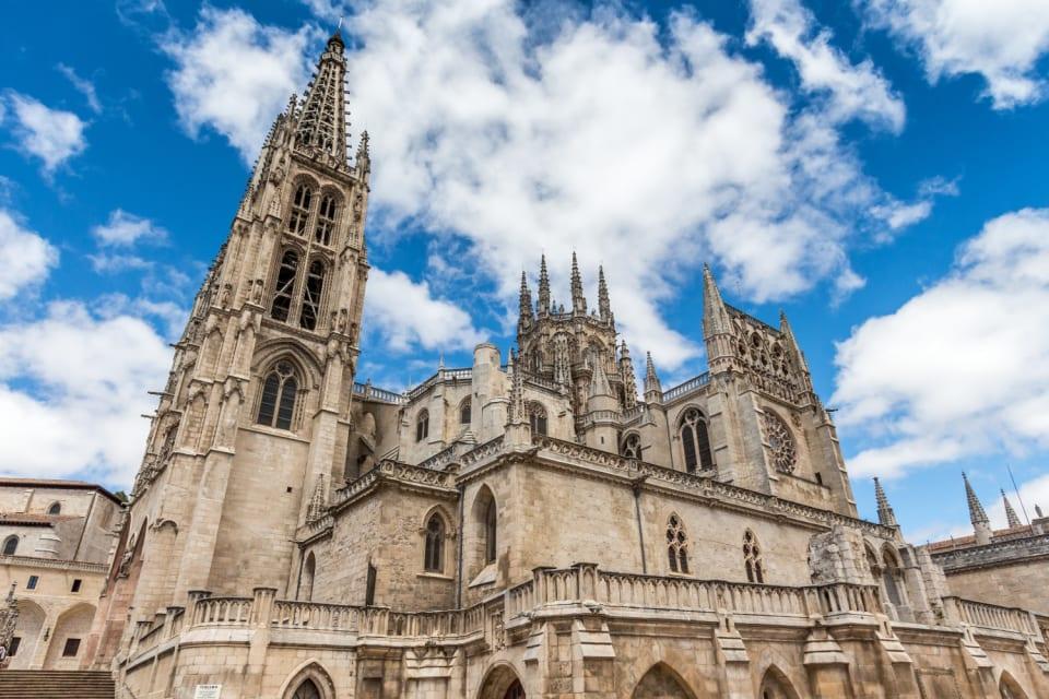 """El 20 de julio de 1221 fue un  día grande para Burgos. Entonces la ciudad asistía a la bendición de la primera piedra de su catedral, que  siguiendo patrones góticos franceses terminaría siendo  una de las joyas arquitectónicas de España.  """"Un templo vivo, dedicado al culto y a la oración, que a lo largo de la historia ha ido acogiendo las corrientes artísticas de cada época, para dignificar y solemnizar las ceremonias, la alabanza a Dios y la vida cristiana"""", según reza en su página web. Desde entonces han pasado nada menos que  ocho siglos  en los que  la  catedral burgalesa ha sido declarada Monumento Nacional y Patrimonio de Unesco, hitos que  este 2021 serán merecidamente recordados."""