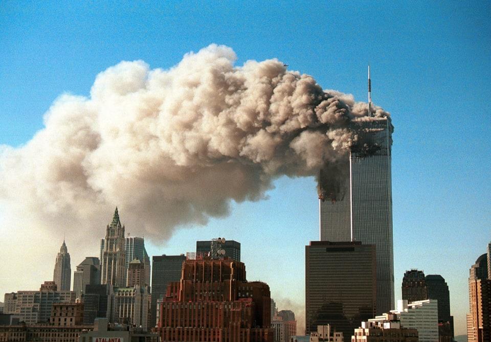 Así es, 20 años habrán pasado ya en 2021 de aquellas impactantes imágenes que marcaron la historia de los Estados Unidos.   Cuatroatentados terroristas cometidos en la mañana del 11 de septiembre de 2001 por el grupo yihadista Al Qaeda se saldaban con 2.996 muertos,  más de 6.000 heridos y una profunda herida en la sociedad americana que aún hoy en día no ha logrado cicatrizar.