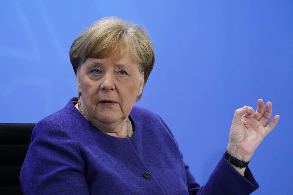 El presidente de Alemania, Frank-Walter Steinmeier fijaba para el 26 de septiembre de 2021  la fecha para la celebración de las elecciones generales en el país teutón. El Parlamento alemán se elige cada cuatro años y a su vez, los diputados eligen al nuevo jefe de Gobierno, pero  Merkel  ya ha confirmado que no se presentará a la reelección tras pasar 16 años al frente del Ejecutivo. La canciller conservadora se encuentra actualmente  al frente de una coalición  conformada por la Unión Demócrata Cristiana (CDU) su socio bávaro, la Unión Social Cristiana (CSU), y el Partido Socialdemócrata (SPD).Un  sondeo  de finales de noviembre indicaba que la alianza conservadora CDU/CSU cuenta con un 37 por ciento de los apoyos en cuanto a la intención de voto, mientras que para los socialdemócratas la cifra se rebaja a un 15 por ciento.