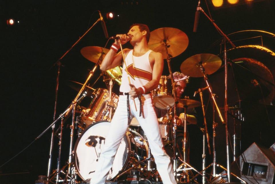 En la tarde del 24 de noviembre de 1991 medio mundo se quedaba helado al conocer la muerte de uno de los más carismáticos cantantes de rock de todos los tiempos. Con tan solo 45 años el inolvidable vocalista del grupo  Queen  fallecía a consecuencia de una bronconeumonía complicada por elsida. Casualidades de la vida, nos dejaba tan solo unas horas después de comunicar oficialmente que padecía esta enfermedad.  En 2008, la revista estadounidense Rolling Stone le situaba en el puesto 18 en la lista de los 100 mejores cantantes de todos los tiempos. Temazos como ' Bohemian Rhapsody' o 'We Are The Champions', han trascendido la esfera musical de los 70 y 80 y se han convertido en himno de varias las generaciones.