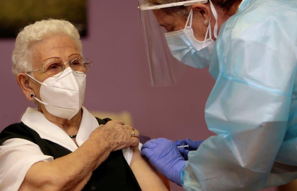 El 2021 lo terminaremos recordando una  jornada histórica,  el inicio de lacampaña de vacunación contra el coronavirus en España. Seguramente entonces, la residencia  'Los Olmos' de Guadalajara ,  el escenario elegido para comenzar a administrar la vacuna, vuelva a ser el foco de todos los medios. Quizás buscando a  Araceli Rosario Hidalgo ,  la anciana de 96 años que se se convertía  en la primera persona de nuestro país en recibir la vacuna o a  Mónica Tapias , la sanitaria que tan solo tres minutos después recibía el fármaco, o a  Carmen Carboné , la primera enfermera en inyectar las dosis y que mientras lo hacía  recordaba con emoción la dureza de los momentos vividos por los sanitarios en los meses más dramáticos de la pandemia.  Hoy por hoy, la vacuna es una buena noticia, pero ni mucho menos supone el fin inmediato de la lucha contra el coronavirus. Pero quizás sí lo sea dentro de un año, cuando a estas alturas a lo mejor podamos viajar sin consultar las restricciones,  abrazar a nuestros abuelos o reunirnos con nuestra familia  para celebrar la Navidad.
