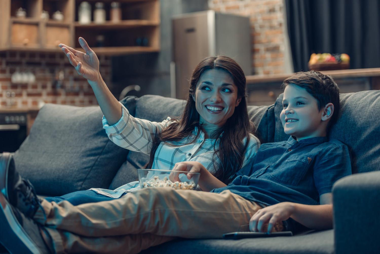 evde film seyreden anne ve erkek çocuk