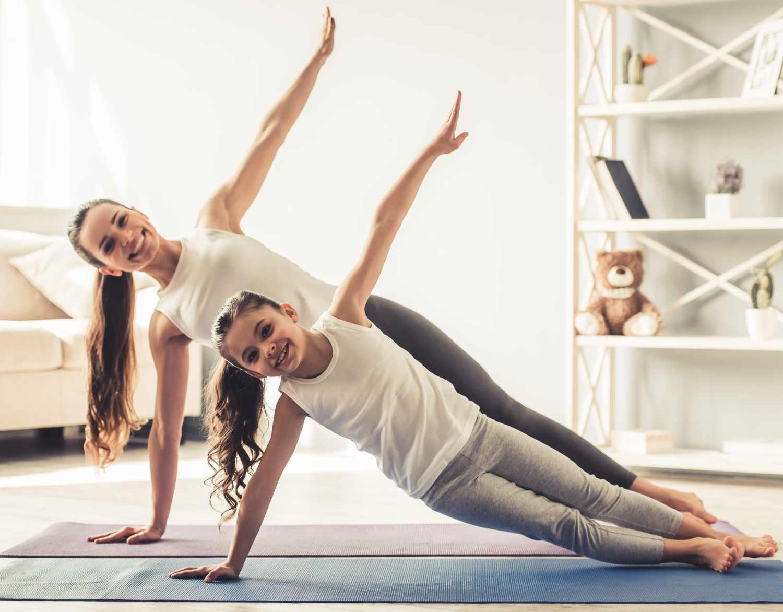 yoga yapan anne kız
